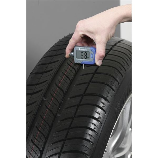 contr leur de pression digital et d 39 usure des pneus feu vert. Black Bedroom Furniture Sets. Home Design Ideas